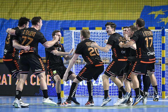 Vreugde bij de Nederlandse handballers na het gelijkspel tegen Slovenie tijdens de EK-kwalificatiewedstrijd.
