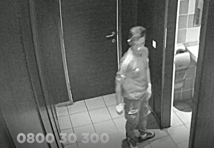De verdachte verkrachtte de vrouw in de mannentoiletten.