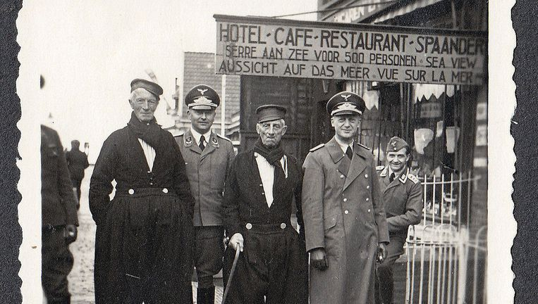 Oudere Volendamse vissers lieten zich tegen betaling (een dubbeltje) fotograferen met Duitse bezoekers. Beeld Collectie Gerard Groeneveld