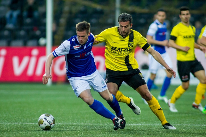 Bart Biemans (links), hier in duel met VVV-spits en voormalig Den Bosch-speler Ralf Seuntjens, ontbreekt vrijdagavond tegen Jong PSV.