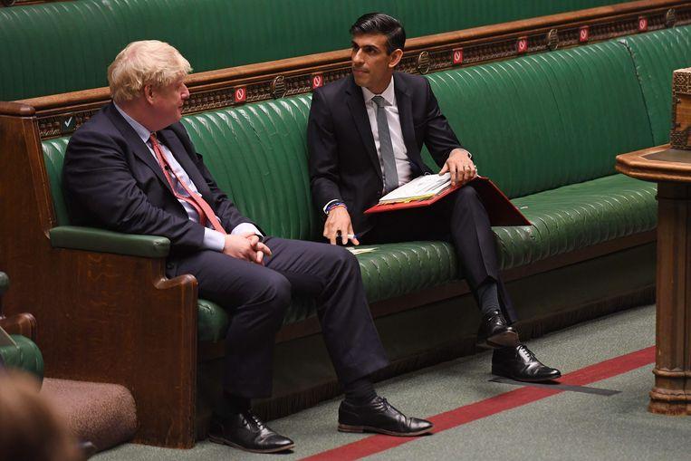De Britse premier Boris Johnson (l) en de Britse minister van Financiën Rishi Sunak. Beeld AFP