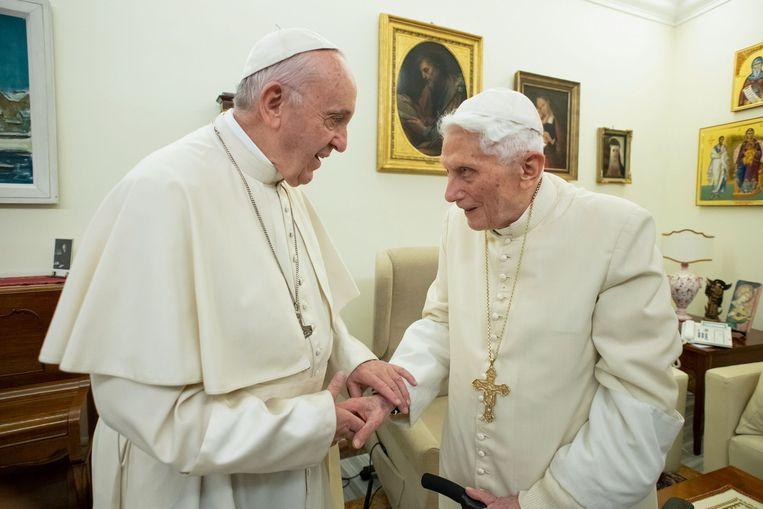 Paus Franciscus (links) en zijn voorganger paus Benedictus XVI in 2018 Beeld Beeld AFP