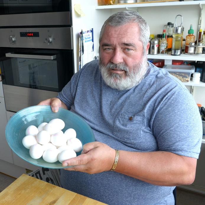 Cees Nieuwkerk samen met de verdachte eieren die nog over zijn van zijn aankoop.