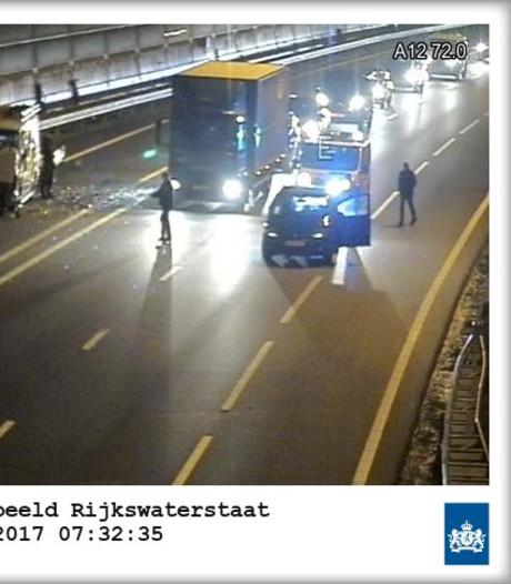 Lange file na ongeluk met vier auto's op A12 bij Driebergen
