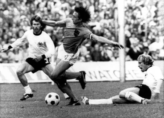 Johan Cruyff op weg naar de strafschop in de WK-finale tegen West-Duitsland. Rechts Berti Vogts, links Paul Breitner.
