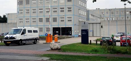 Gevangene verwondt medewerker Blue Band bajes bij aanval met aangescherpte pen