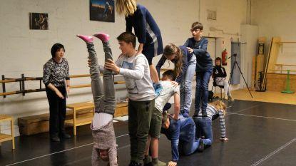 Leerlingen De Valke repeteren voor dansspektakel