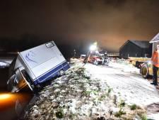 Paardentrailer glijdt in Breukelen de sloot in