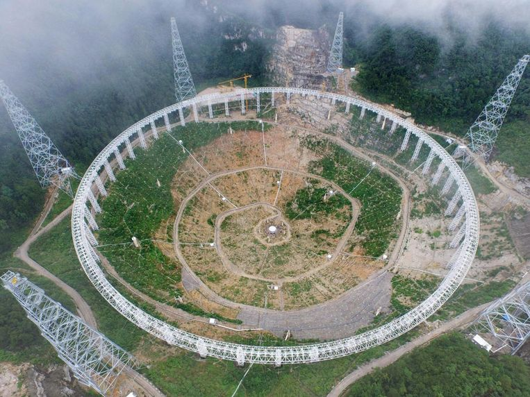 De FAST-telescoop in Pingtang, kort na de aanvang van de assemblage.