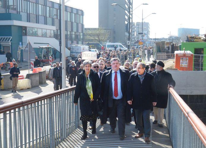 Burgemeester Bruls loopt met een stoet van honderden Nijmegenaren richting het politiebureau om aangifte te doen tegen Wilders.