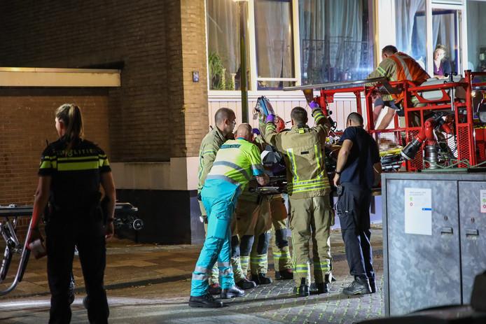 Hulpverleners brengen het slachtoffer naar de ambulance.