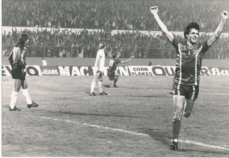 """9 september 1981: België klopt Frankrijk met 2-0 en plaatst zich voor het WK in Spanje... """"Moet er nog zand zijn?"""", roept Rik De Saedeleer na de 2-0 van Erwin Vandenbergh..."""