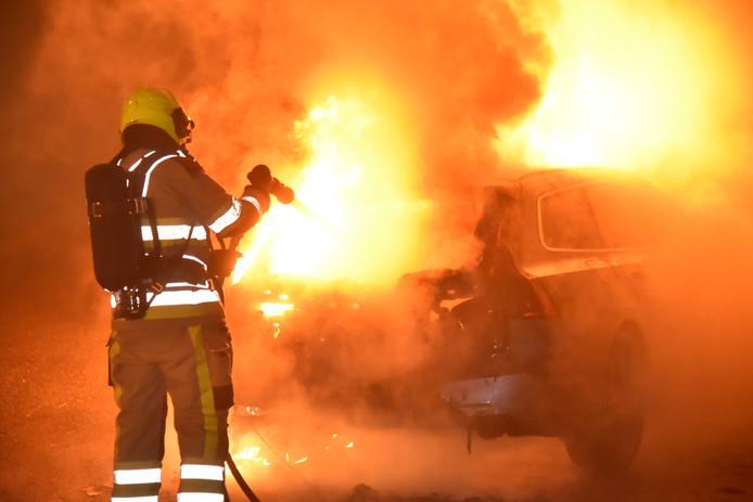 Een autobrand in Nijmeegse wijk Weezenhof.