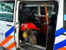 Scooterrijder voor de vierde keer langs de kant gezet zonder rijbewijs
