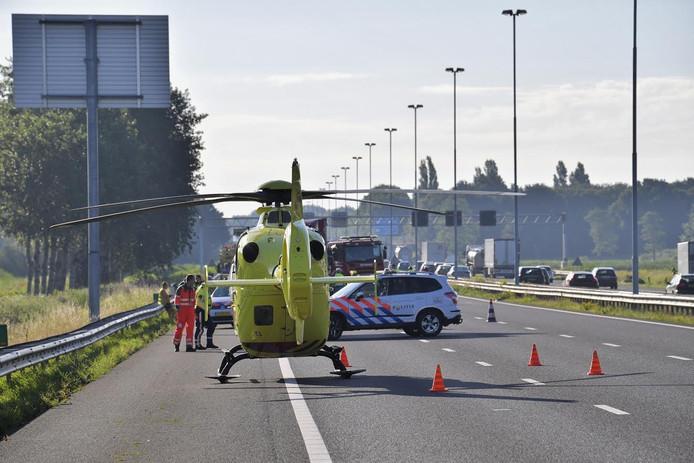 Omdat de traumahelikopter moest landen, werd de snelweg tijdelijk afgesloten.