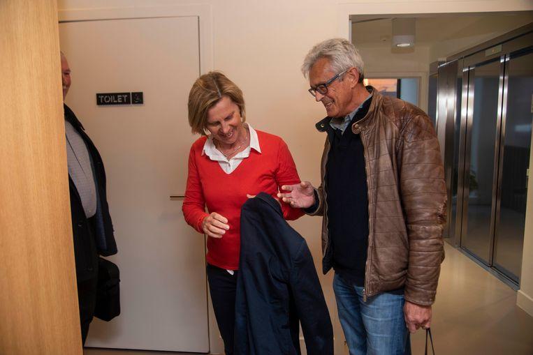 Schepen Katrien Claus (CD&V) daagde verrassend op naar de gemeenteraad van Wetteren, ondersteund door haar echtgenoot.