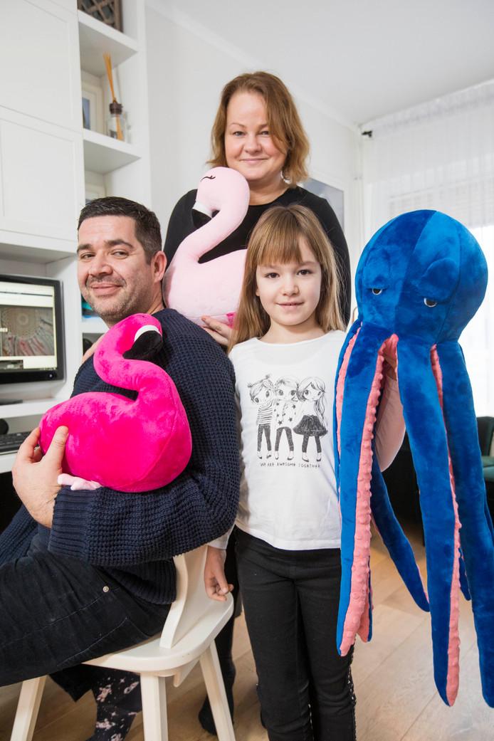 Anna Walega met haar man Damir Colic en dochter Vivienne. ,,Voor ons bedrijf maak ik wat ik zelf mooi vind en ik ben best lastig.''