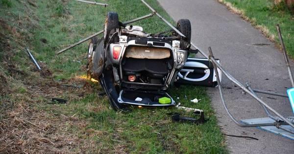 Auto van de dijk en op z'n kop na eenzijdig ongeluk.