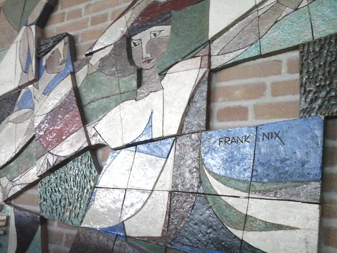 Het reliëf van Frank Nix dat in het Van der Puttlyceum in Eindhoven hing en herplaatst is.