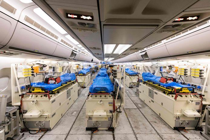 Duitsland biedt Italië hulp. Met dit militaire vliegtuig worden zes corona-patiënten uit Bergamo naar Keulen gevlogen. Nederland is ook in gesprek met Duitsland over assistentie.