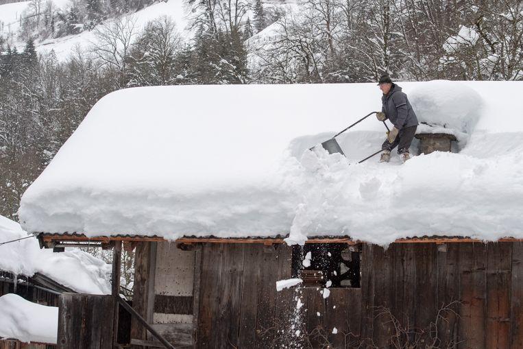 Oostenrijkers wordt aangeraden op het gelijkvloers te slapen, en niet op een verdieping onder het dak. Door het gewicht van de vele sneeuw kunnen de daken instorten.