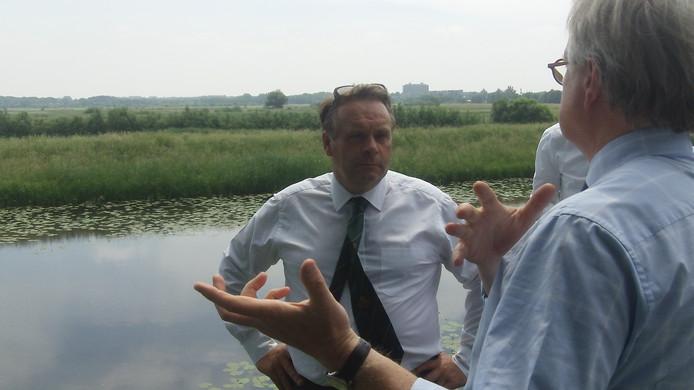 Parlementslid Neil Parish luistert op de stadswal van Den Bosch naar watergraaf Peter Glas