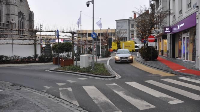 """Markt eindelijk verkeersvrij, maar dan duikt nieuw probleem op: """"Parking voor Het Pand is nu sluipweg"""""""
