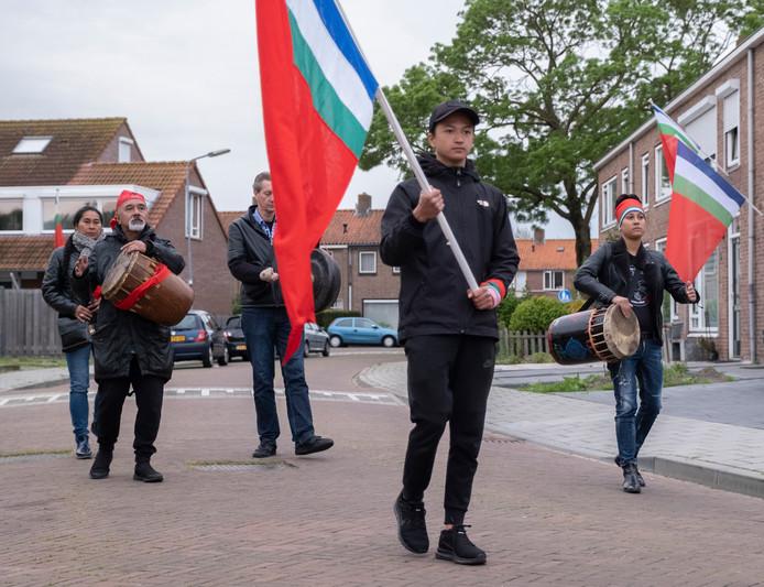 Molukkers met vlaggen in de Rijnstraat in Middelburg.