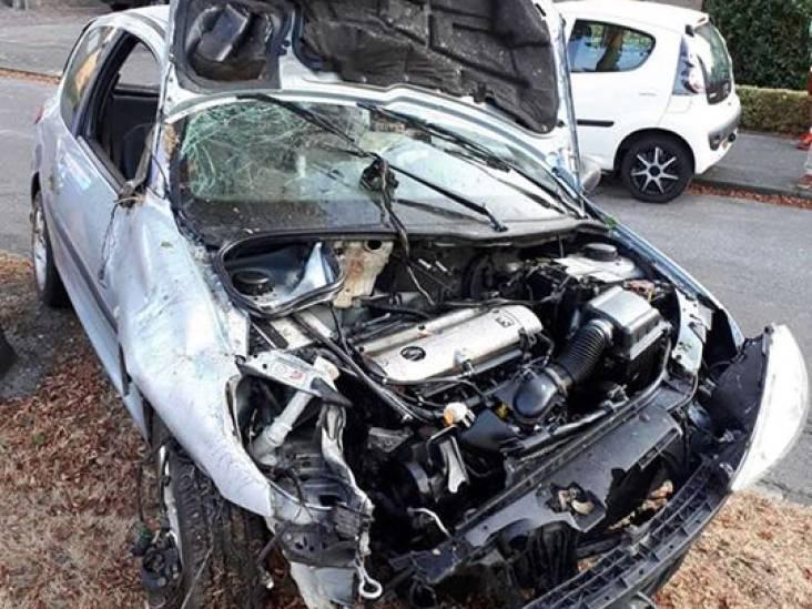 Man rijdt te hard, botst tegen lantaarnpaal en kan rijbewijs inleveren in Uden