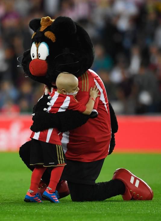 Bradley krijgt een knuffel van Samson the Cat, de mascotte van Sunderland.