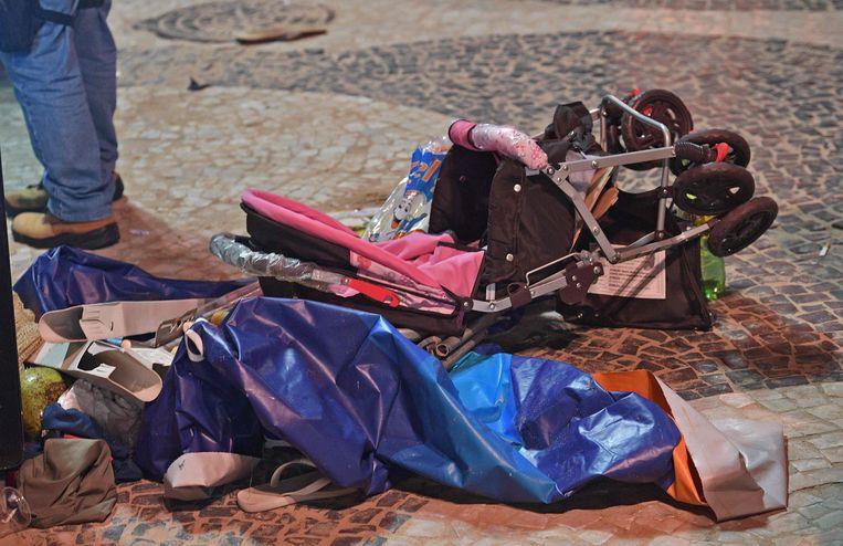 De resten van een kinderwagen.