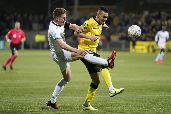 Wessel Dammers in duel met VVV'er Oussama Darfalou