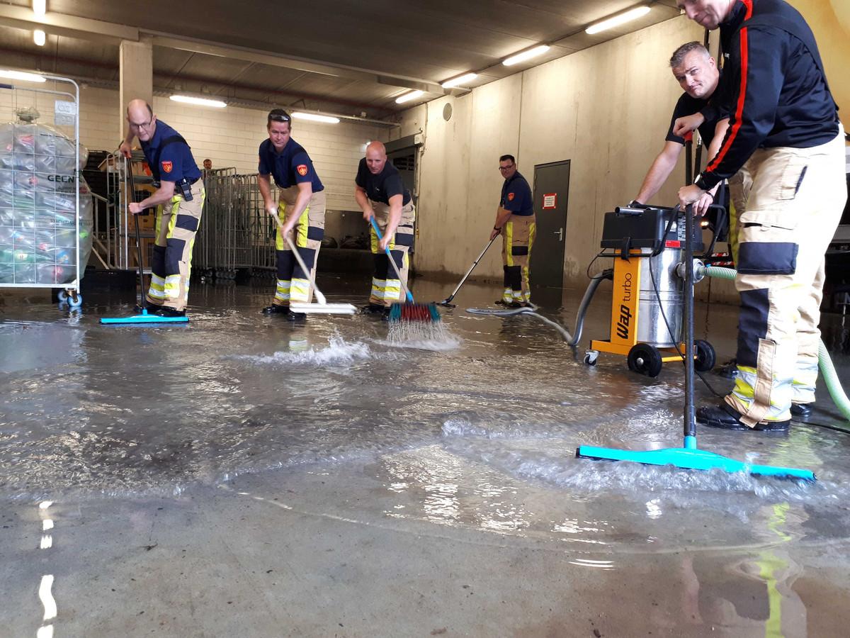 De brandweer verleent hulp bij de Albert Heijn in Zwolle-Zuid