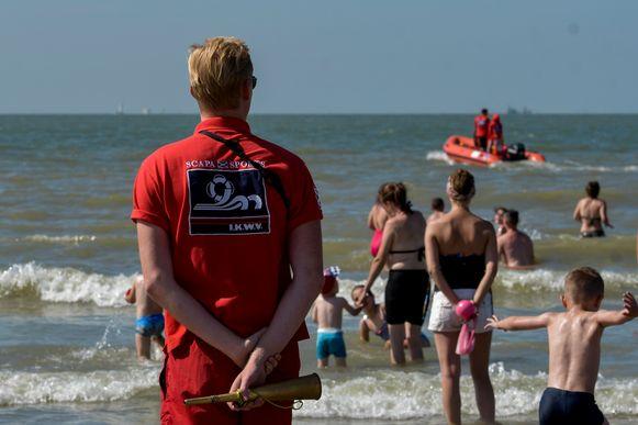 Redders op het strand van Blankenberge. Zij staan al vanaf begin mei op het strand.