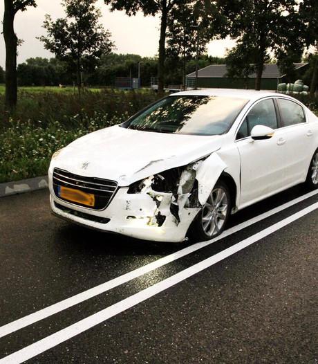 Automobilist knalt in Helmond op lantaarnpaal