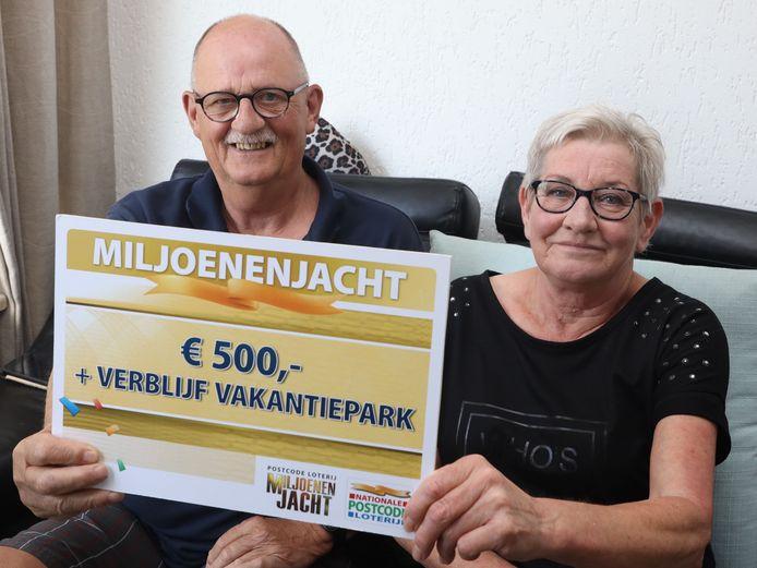 Mattie en Johannes Harkema met de cheque van miljoenjacht.