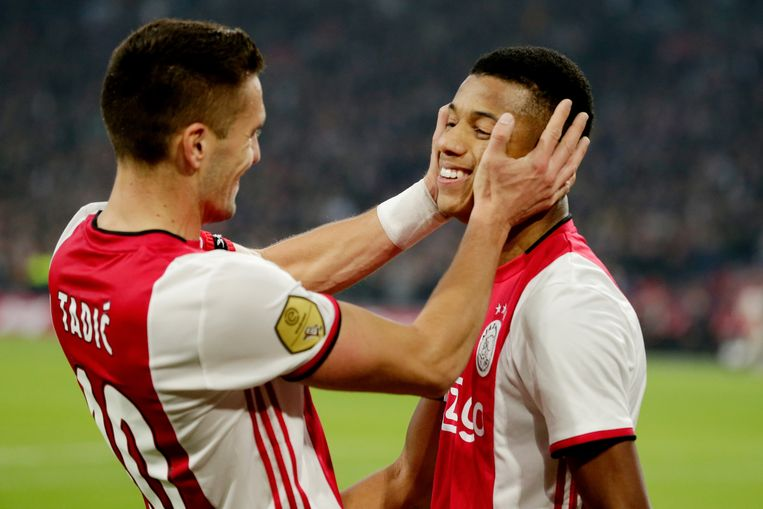 David Neres en Dusan Tadic walsen met Ajax over Feyenoord heen.
