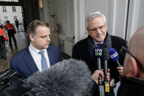 CD&V-vicepremier en minister van Werk Kris Peeters (R) en minister van Telecom Philippe De Backer (Open Vld) spreken de pers toe na het overleg.
