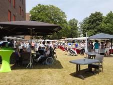 Enschedese senioren genieten ondanks tropische hitte van zomermarkt