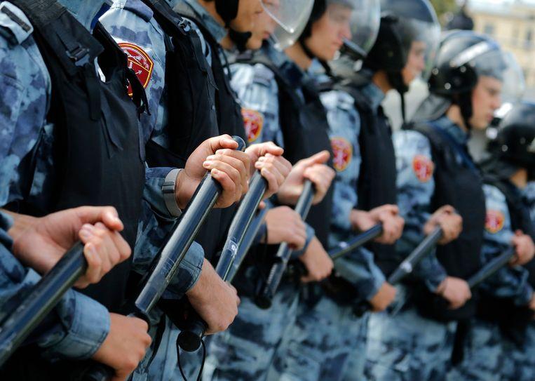 De Moskouse politie greep zaterdag stevig in bij protesten tegen de gebrekkige democratie. Beeld Alexander Zemlianichenko/AP