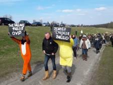 Dierenactivisten ketenen zich symbolisch vast bij Oostvaardersplassen