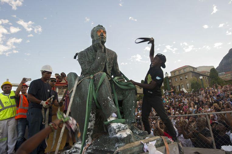 Archieffoto: de Zuid-Afrikaanse overheid haalde in april 2015 het standbeeld van Cecil Rhodes weg uit Kaapstad. (3/3)