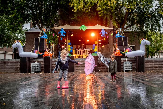 LOTJE GETIKT Stage. Op het Tongerloplein met paraplu en regenlaarsjes uitgerust spelende kinderen in de regen. De ouders lekker droog binnen in de kroeg. Foto Pix4Profs/Tonny Presser