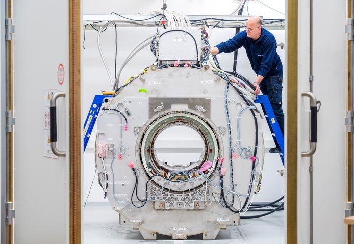 Testopstelling van een MRI-scanner bij Philips in Best. Bij de fabriek werken zo'n 3.000 medewerkers aan de innovatie en productie van apparatuur voor de gezondheidszorg.