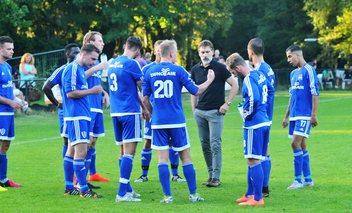 Trainer Lodewijk de Kruif spreekt de spelers van Duno toe tijdens een eerder duel. Archieffoto.