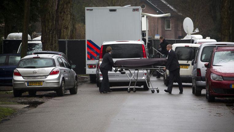Het lichaam van Koen Everink wordt weggevoerd uit zijn woning Beeld anp