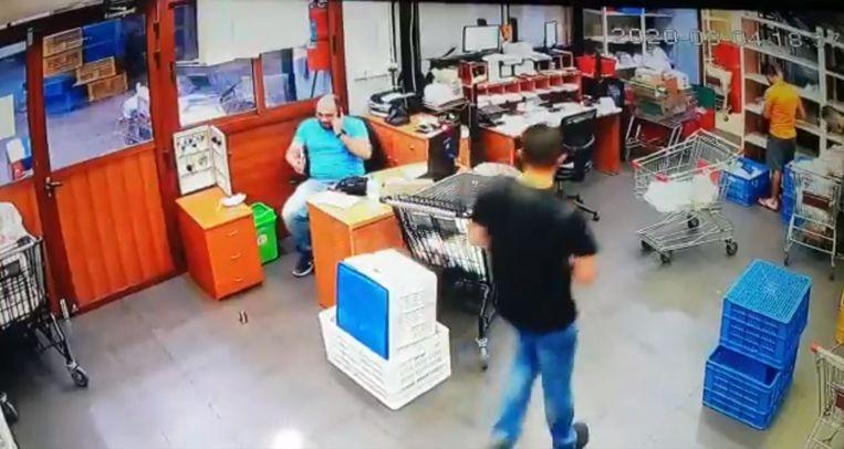 Een beveiligingscamera legde vast hoe kantoormedewerkers dinsdag werden opgeschrikt door de explosie. Beeld