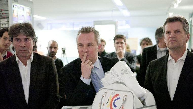 De bestverdienende directeur krijgt ruim 182.000 euro volgens wethouder Eric van der Burg (midden). Archieffoto Amaury Miller Beeld