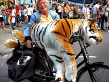 Duitse kermisklant rooft staartloze tijger van schiettent