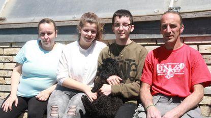 """18-jarige jongen opnieuw thuis na aanrijding: """"Vijf weken tussen leven en dood gezweefd"""""""